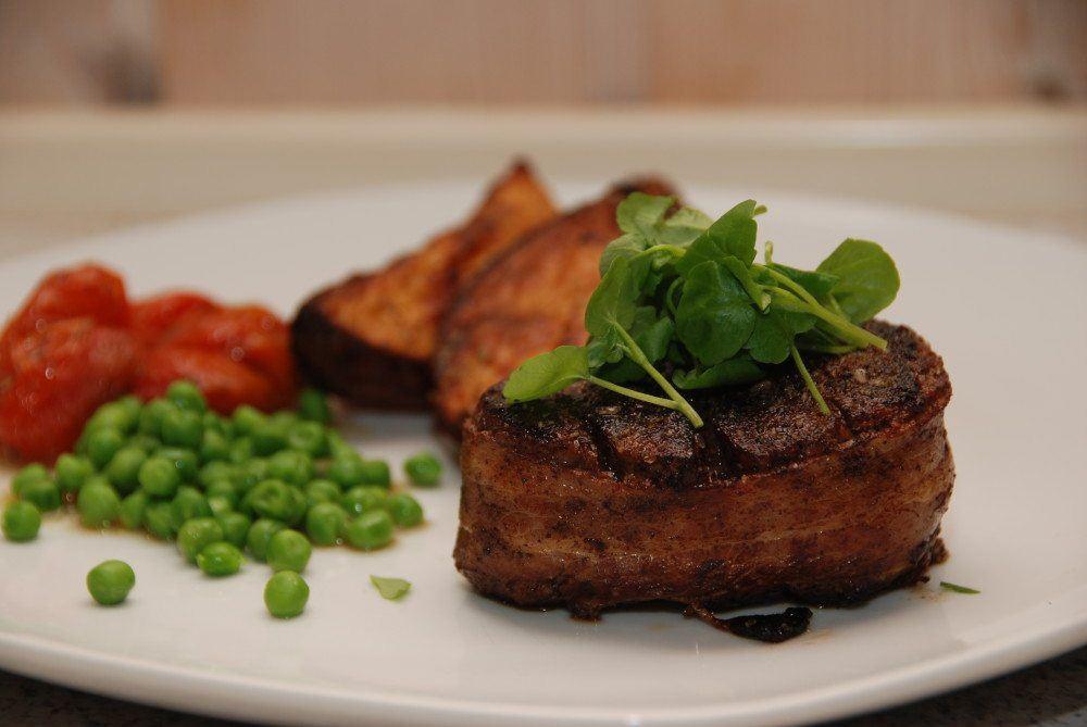 Kalv smager super godt, og en tournedos af dansk kalv, omviklet med et stykke økologisk bacon, er da noget af det allerbedste stykke kød. Guffeliguf.dk.
