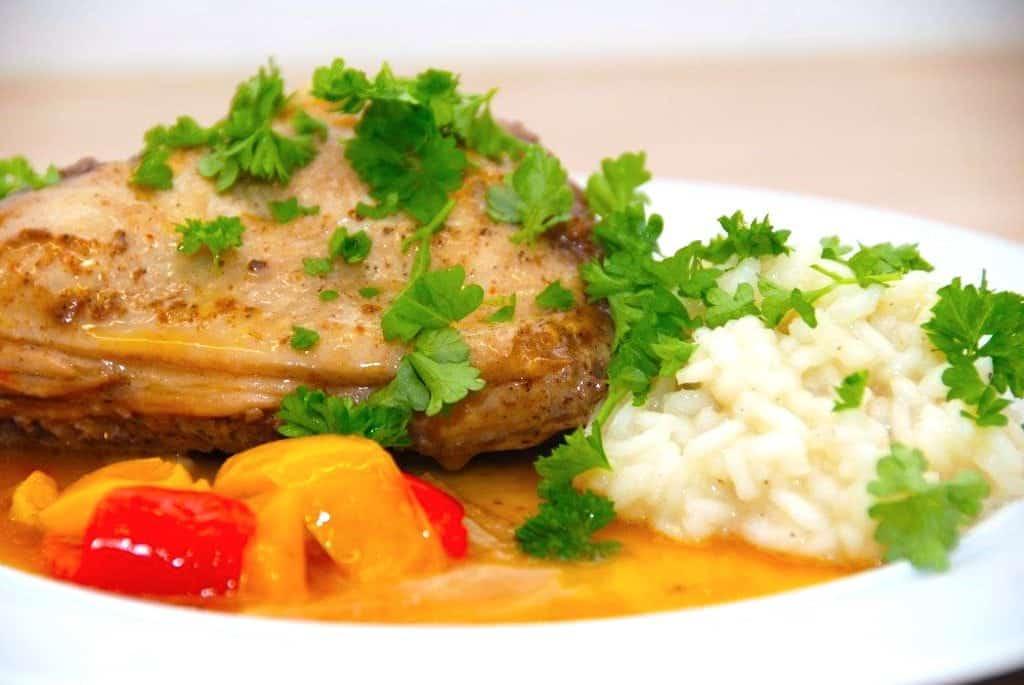 Kyllingelår stegt i gryde med hønsefond og fløde