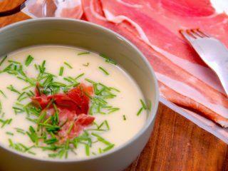 Blomkålssuppe kan bruges både til forret, og til en mættende hovedret, hvor den serveres med grove flutes. Suppen laves med hønsefond og en smule fløde. Og masser af parmaskinke. Foto: Madensverden.dk.
