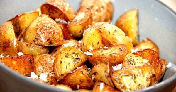 Brasede kartofler kan være drilske at lave, men med denne opskrift får du altid et perfekt resultat. Jeg bruger bagekartofler til brasede kartofler, men andre kartofler kan selvfølgelig også anvendes. Foto: Madensverden.dk.