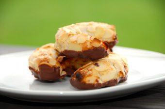 Kransekagemasse kan bruges til en række forskellige kager. Først og fremmest selvfølgelig kransekage, men også mandelhorn og konfektkager. Foto: Madensverden.dk.