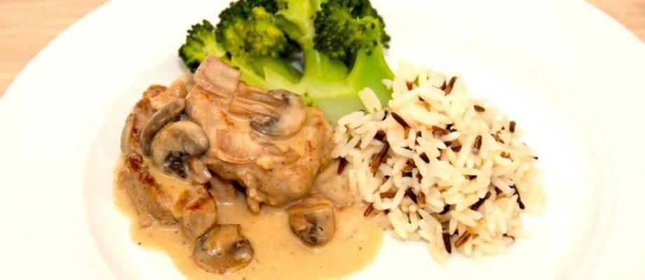Mørbrad med champignon a la creme kan være fed med ren piskefløde, og derfor er denne udgave med en blanding af hønsefond og fløde. Her serveret med dampet broccoli og vilde ris. Foto: Madensverden.dk.