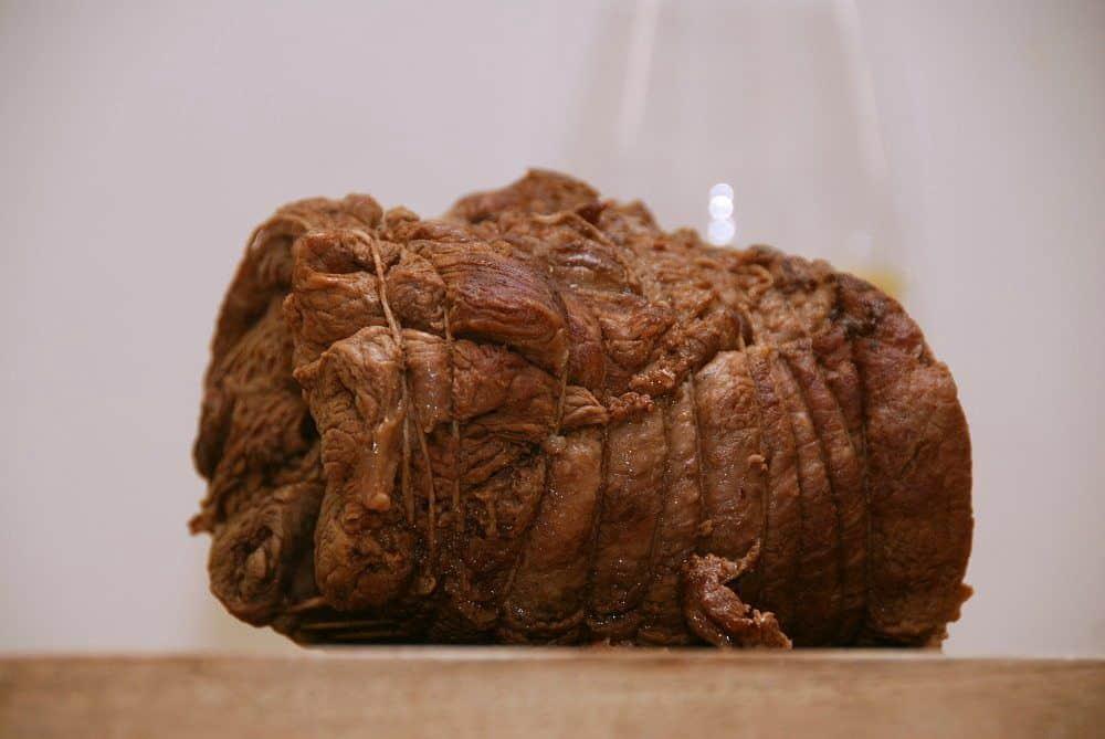 Pulled beef er en anden variant af pulled pork, og som navnet siger er den lavet af oksekød. I dette tilfælde har jeg langtidsstegt en oksetykkam. Foto: Guffeliguf.dk.