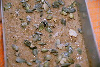 Rugbrød med græskarner uden surdej skal hæve i cirka 25 minutter. Drys lidt ristede græskarkerner ud over brødet. Foto: Guffeliguf.dk.
