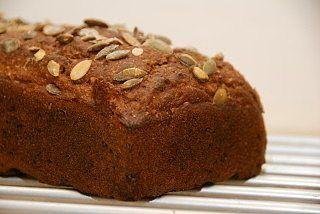 Rugbrød med græskarkerner er et virkelig dejligt rugbrød, og så er det bagt uden surdej. Så det er nemt at gå i gang med. Foto: Guffeliguf.dk.