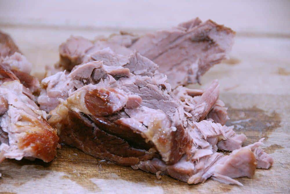 Langtidsstegt nakkefilet giver dig et meget mørt stykke svinekød med en vidunderlig smag. Marmoringen i kødet gør nemlig, at det ikke bliver tørt. Foto: Guffeliguf.dk.