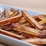 Pommes frites i ovn er mindre fedtholdige end de klassiske, friturestegte fritter. Disse er lavet af bagekartofler, der stilles i koldt vand en times tid. Foto: Guffeliguf.dk.