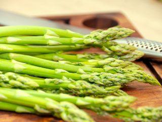 Grønne asparges er noget af det allermest lækre man kan lægge på sin tallerken, og her kan du se den perfekte kogetid på de skønne asparges. Foto: Madensverden.dk.