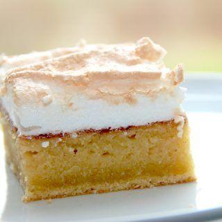 Bedstefars skæg er en elsket kage, der toppes med marmelade og marengs. Foto: Madensverden.dk.