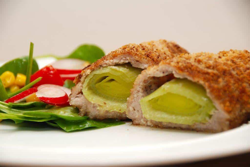 Farserede porrer er klassisk mormormad, der serveres med kogte kartofler, lidt salat og en brun sovs. Foto: Madensverden.dk.