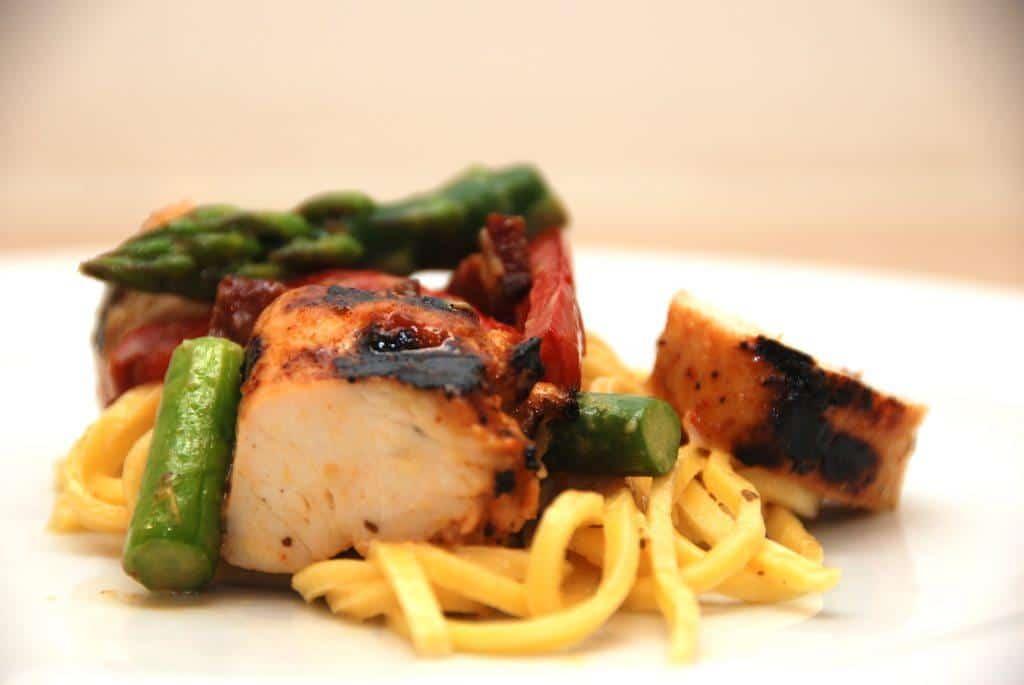 Frisk pasta med delikat peberfrugt og grillet kylling