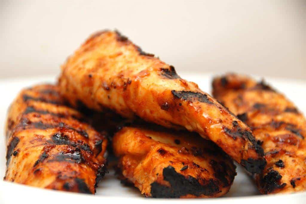Lækker og grillet kylling med hjemmelavet grillsauce, der tager få minutter at lave i en Weber Q3200 gasgrill. Foto: Guffeliguf.dk.