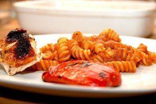 En portion hjemmelavet pastasauce, der passer til 500 gram pasta. Servér med grillede peberfrugter og kylling. Foto .Guffeliguf.dk.