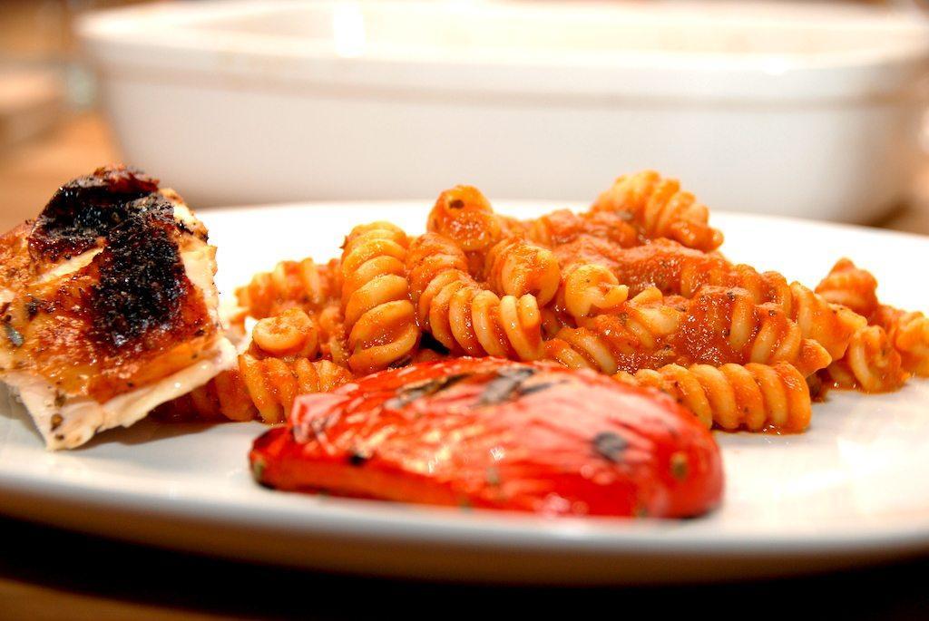 En portion hjemmelavet pastasovs, der passer til 500 gram pasta. Servér med grillede peberfrugter og kylling. Foto .Guffeliguf.dk.