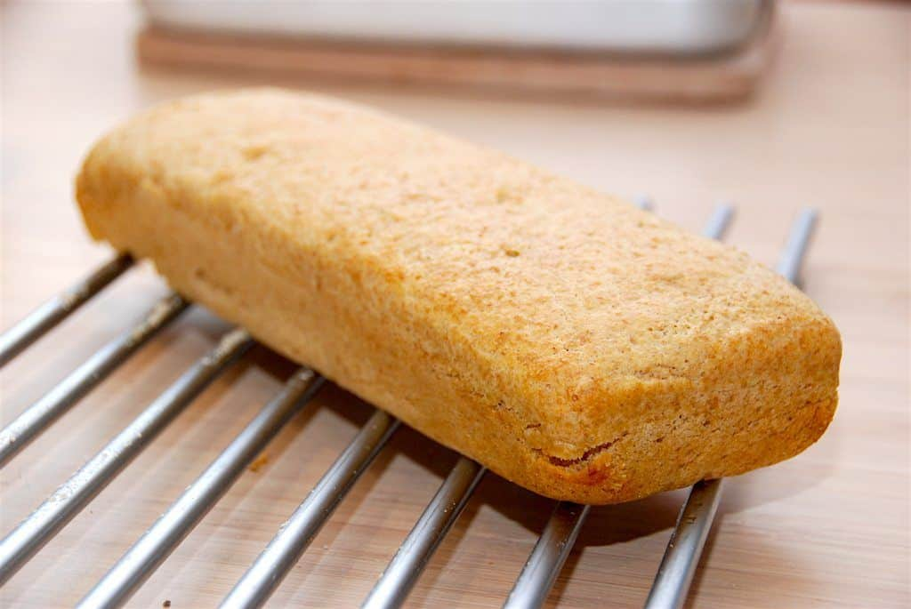 Det her er simpelthen verdens nemmeste madbrød. Bland alle ingredienserne sammen, lad dejen hæve og bag brødet i 25 minutter. Helt uden fedtstof. Foto: Guffeliguf.dk.