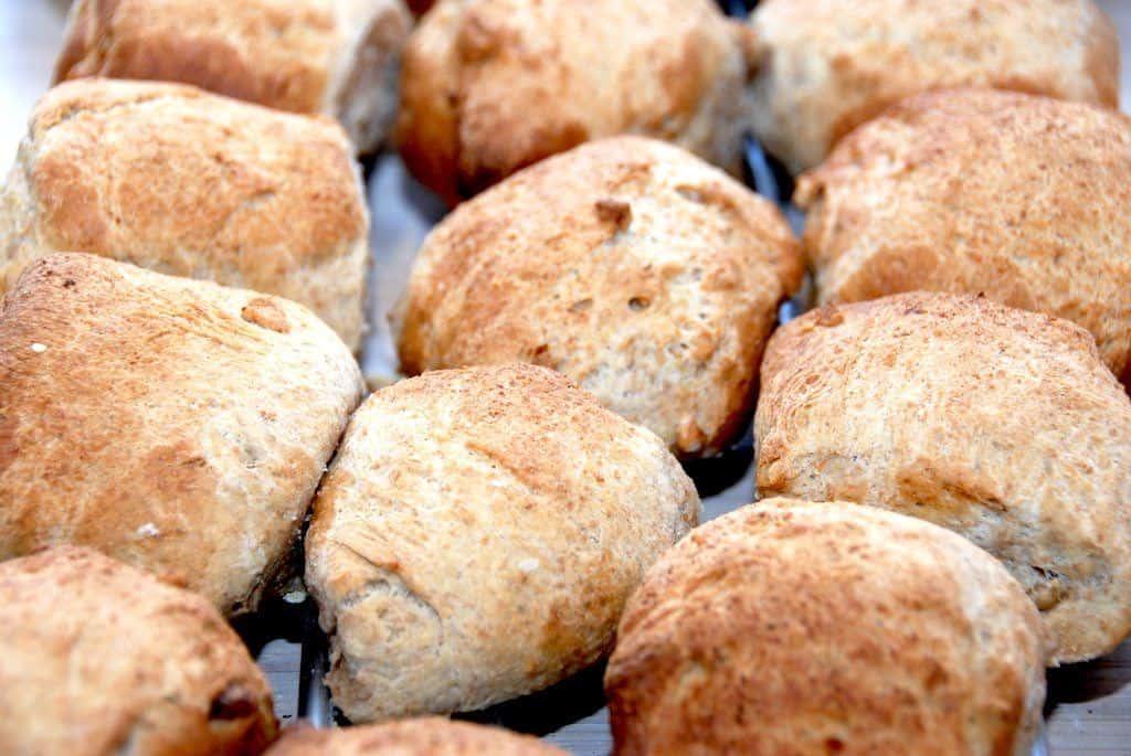 Lækre madbrød med valnødder, som smager vidunderligt med en god klat smør. Foto: Guffeliguf.dk.