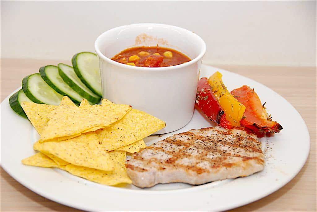 Majssalsa stammer oprindeligt fra Mexico, og er majs, der tilberedes i en krydret tomatsovs. Her er min bedste opskrift på majssalsa med rød chili. Foto: Guffeliguf.dk.