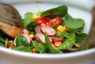 Lækker salat med radiser og spinat, og den passer fremragende til mange retter med kød. Foto: Guffeliguf.dk.