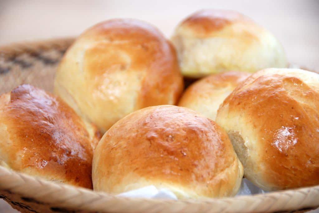 Opskrift på boller med smør, mælk og lidt kardemomme. Opskriften giver 32 lækre boller, der er egnet til frysning, så du altid har friske boller på lager. Foto: Madensverden.dk.