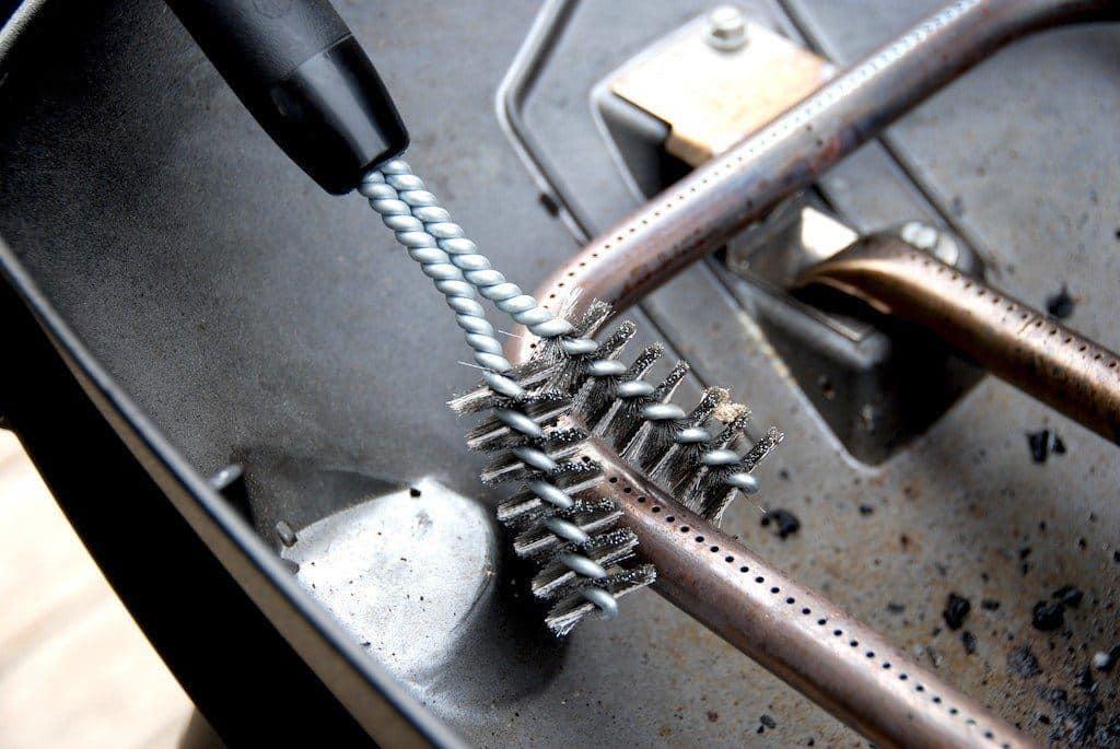 Med en særlig grillbørste kan du rengøre brænderørene i din Weber Q3200 gasgrill. Foto: Madensverden.dk.