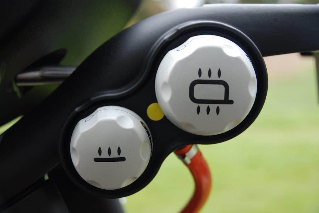 Her styrer du varmen og temperaturen i din Weber Q3200 gasgrill. Den lille knap er til den midterste brænder, den store er den til den yderste. Sluk den lille og inderste når du griller ved indirekte varme. Foto: Madensverden.dk.