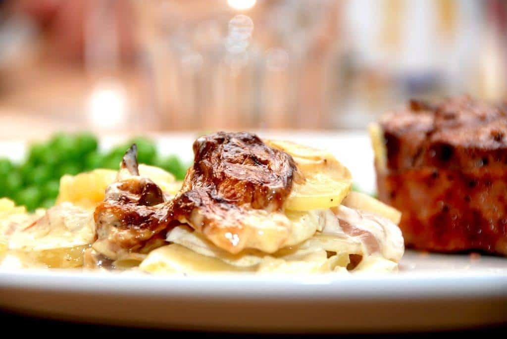 Flødekartofler med knoldselleri kan nemt laves i enten ovn eller grill. Bagetiden er cirka 40 minutter. Foto: Guffeliguf.dk.