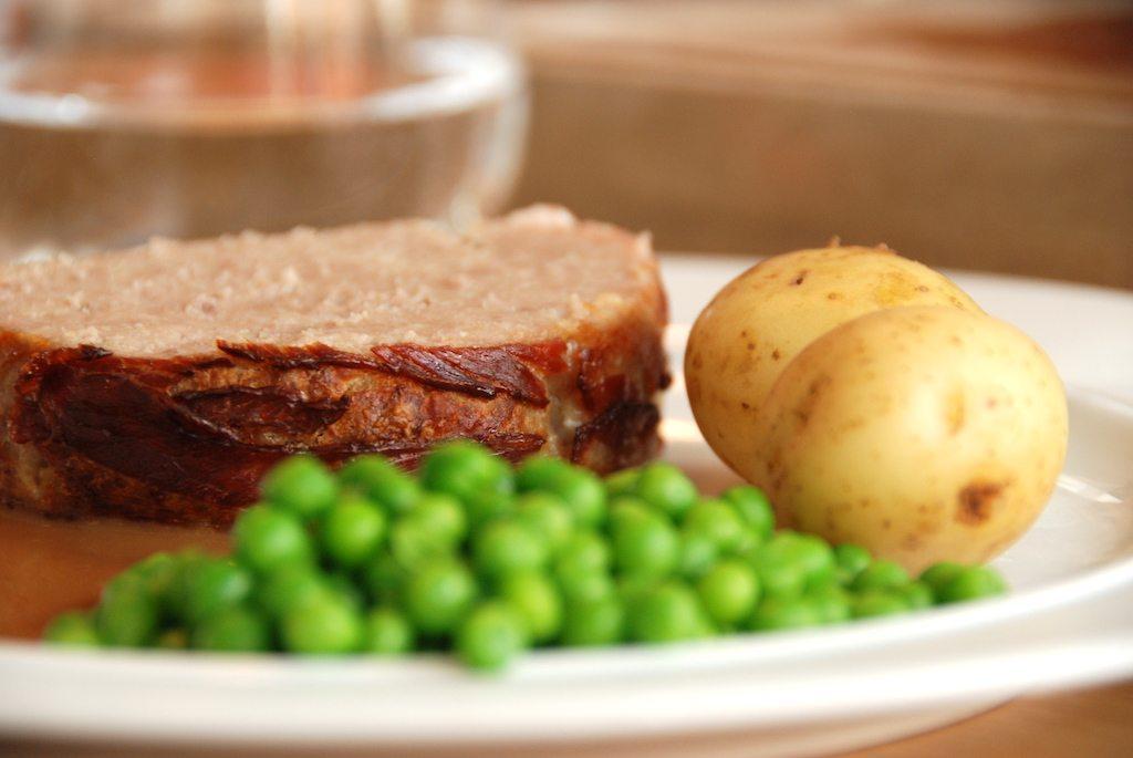 Forloren hare med god sovs er klassisk mormormad, som smager helt vidunderligt. Sovsen er smagt til med ribsgele. Foto: Guffeliguf.dk.