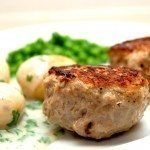 Lækre grillede frikadeller med rasp, som du serverer med nye kartofler og persillesovs. Foto: Guffeliguf.dk.