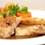 Grydestegt kylling er vaskeægte mormormad med masser af smag. Server gerne med kogte kartofler og gulerødder - og selvfølgelig den fantastiske sovs. Foto: Guffeliguf.dk.