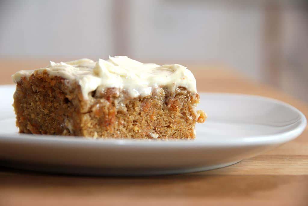 Her får du en virkelig lækker og saftig gulerodskage med smørcreme. Foto: Guffeliguf.dk.