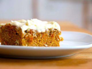 Her får du en virkelig lækker og saftig gulerodskage med smørcreme. Foto: Madensverden.dk.