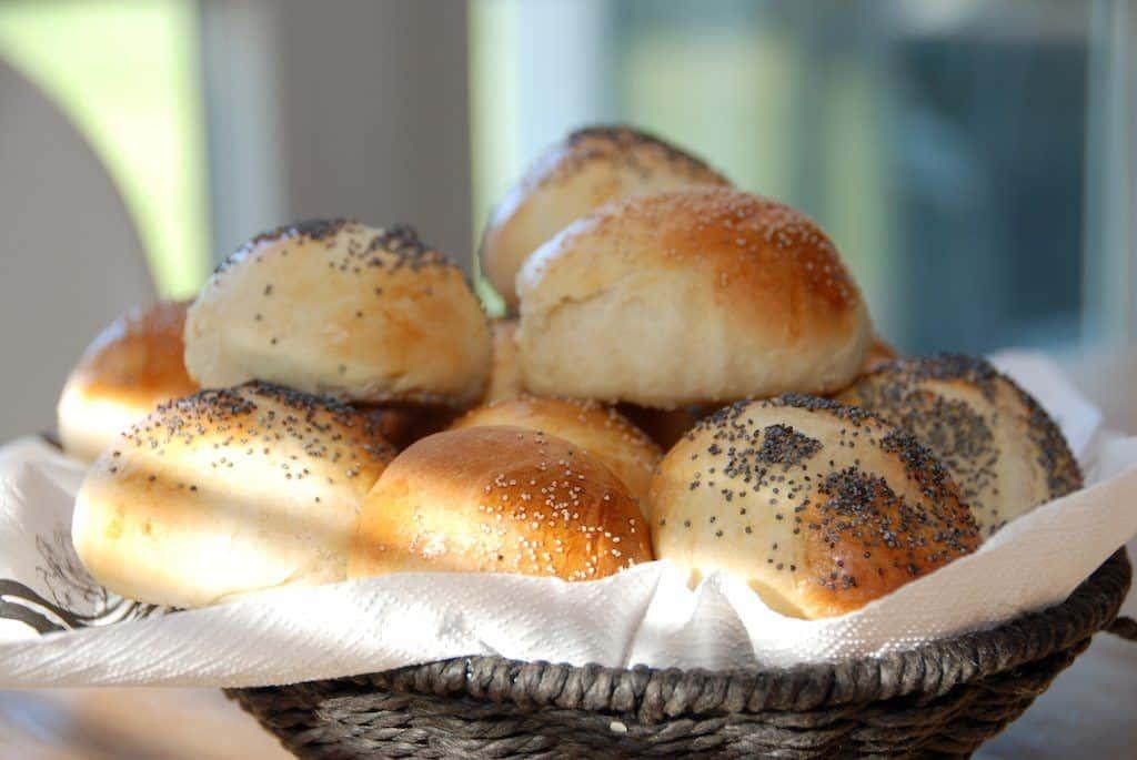 Lækre og hurtige rundstykker med birkes, som du kan bage på under en time. Foto: Madensverden.dk.