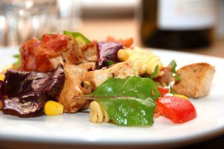 Kyllingesalat med pasta, bacon og blandet salat