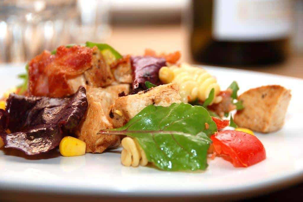 Kyllingesalat med pasta er sund mad, der er hurtig at lave. Foto: Guffeliguf.dk.