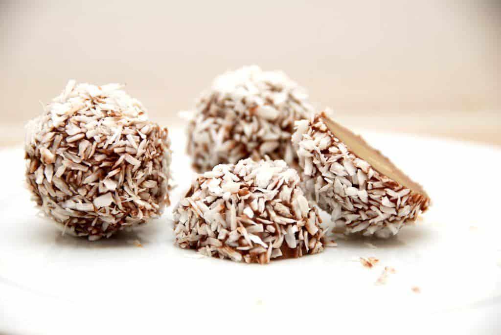 Lækre marcipankugler, der er fyldt med blød nougat og trillet i kokos. Foto: Guffeliguf.dk.