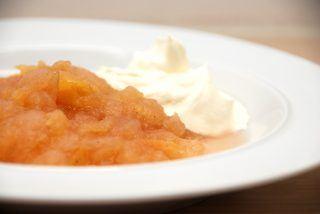 Nem æblegrød, der er lavet af æbler med skræl, og serveret med en god klat flødeskum. Foto: Guffeliguf.dk.