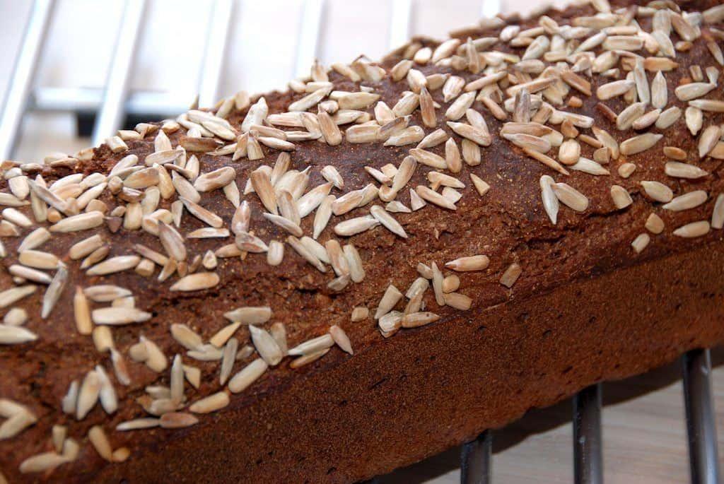 Du kan sagtens bage et nemt rugbrød uden surdej, men i stedet med gær og kærnemælk. Foto: Guffeliguf.dk.