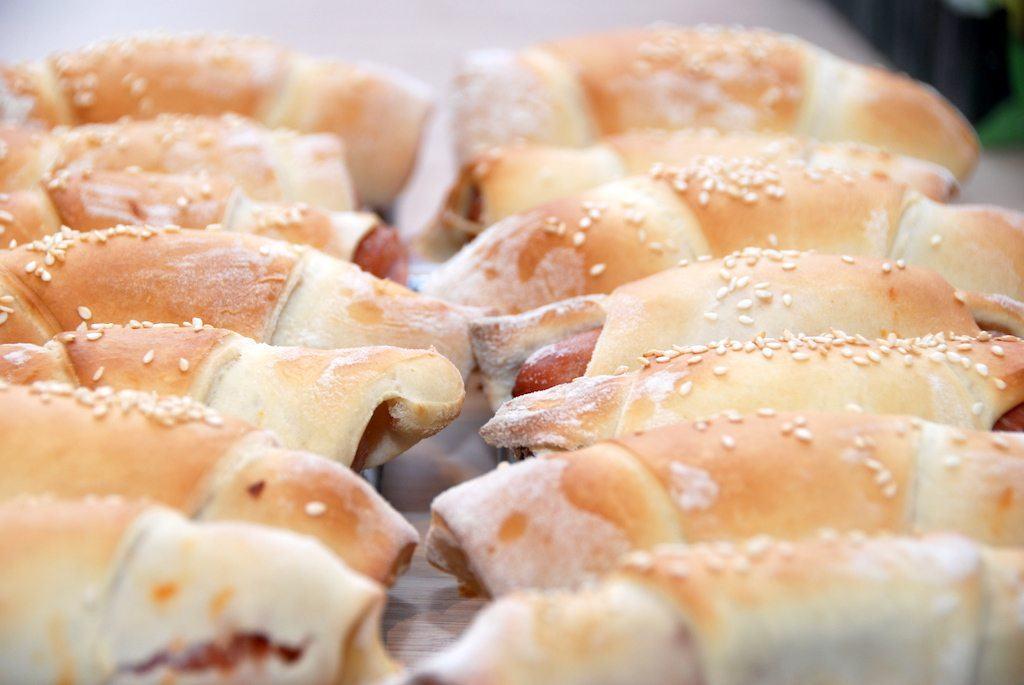 Masser af dejlige pølsehorn. Opskriften her er med kærnemælk, der gør brødene endnu mere lette og luftige. Foto: Guffeliguf.dk.