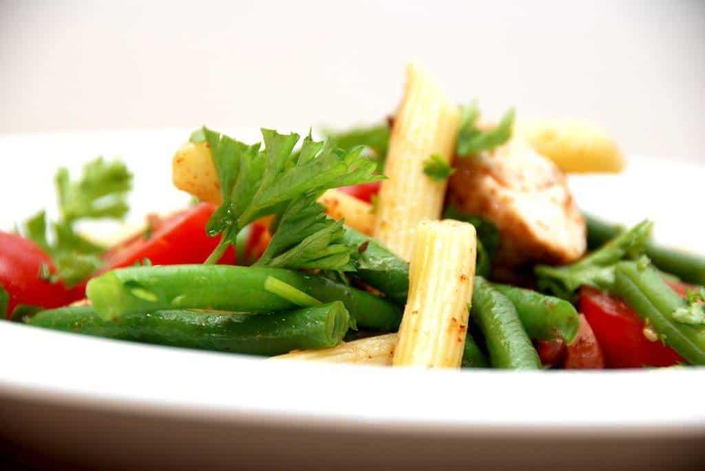 Pastasalat med kalkunbryst, grønne bønner og tomater