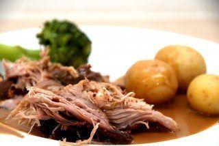 Pulled prok i ovn kan serveres med kogte kartofler og dampet broccoli. Foto: Guffeliguf.dk.