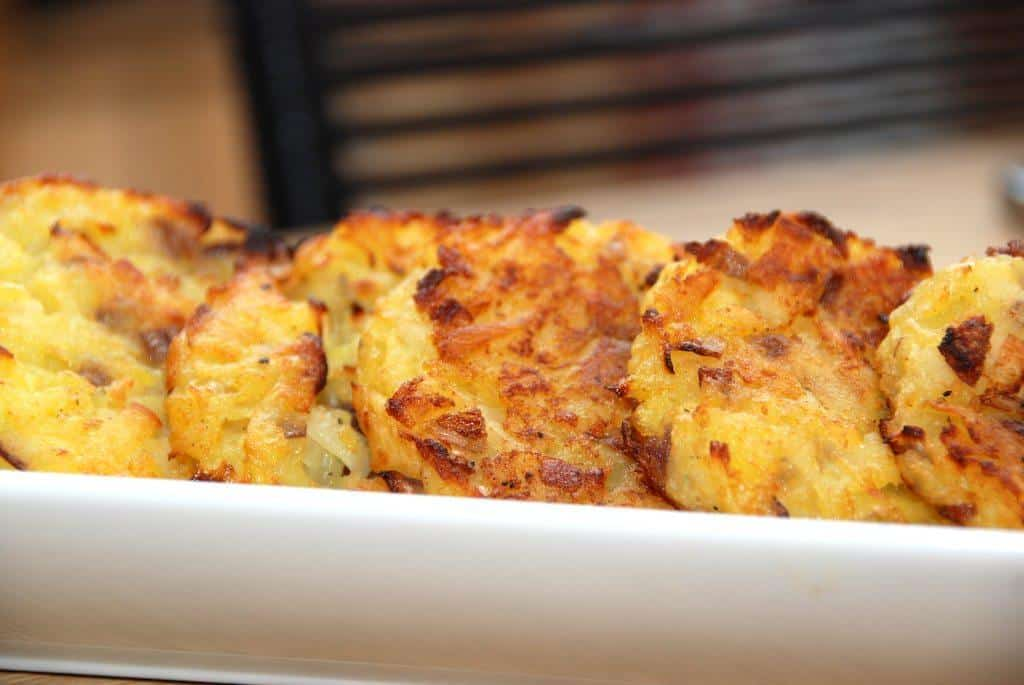 Hjemmelavede røsti (eller rösti) med kartofler og persillerødder er lækkert tilbehør oksestege og gode bøffer. Foto: Guffeliguf.dk.