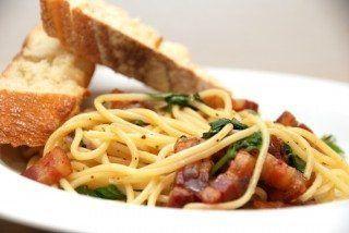 Spaghetti med bacon, olie, hvidløg og basilikum