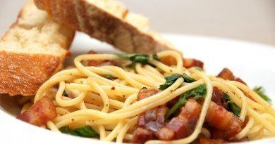 Klassisk italiensk mad med spaghetti med bacon, olie og hvidløg. Serveret med ciabatta brød. Foto: Madensverden.dk.