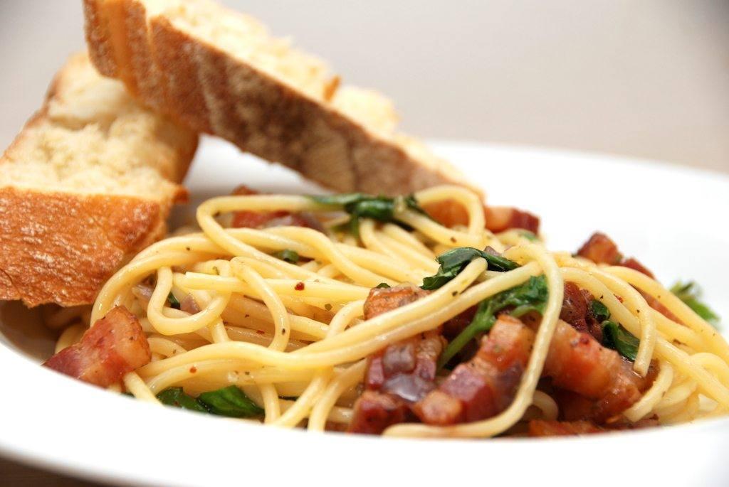 Klassisk italiensk mad med spaghetti med bacon, olie og hvidløg. Serveret med ciabatta brød. Foto: Guffeliguf.dk.