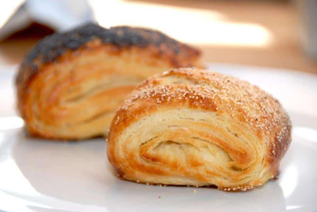 Lækre tebirkes, som er nemmet at bage. Selvom de er lavet af en wienerbrødsdej, så kan du lave dem på kort tid. Foto: Madensverden.dk.