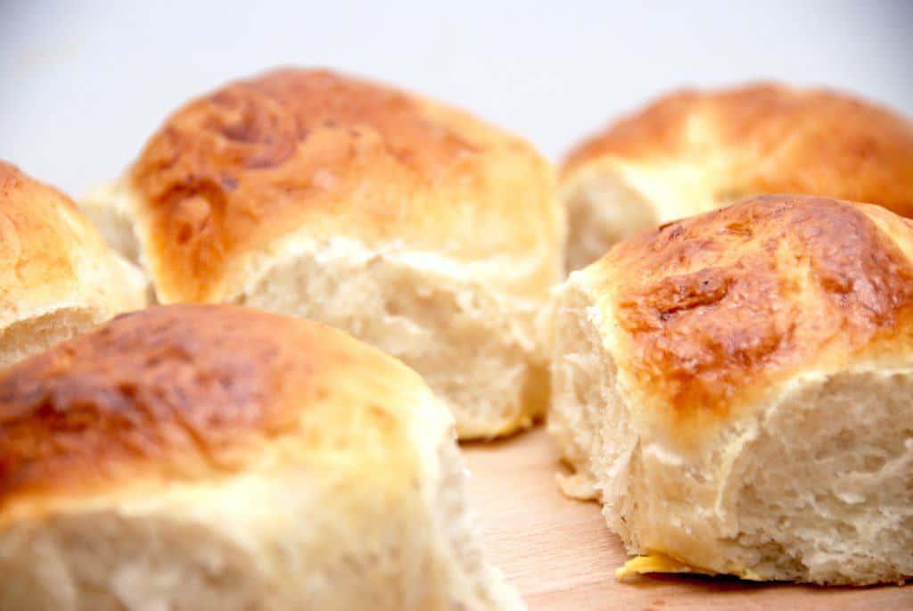 Du kan sagtens bage varme hveder med bagepulver i stedet for gær, og dermed spare en masse tid til hævning. Foto: Guffeliguf.dk.