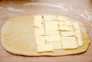 Opskrift på wienerstang: Læg smør på to tredjedel af dejen, men ikke helt ud til kanten. Foto: Guffeliguf.dk.