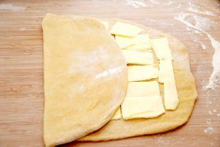 Opskrift på wienerstang: Fold den ene tredjedel ind over smørret, og til sidste foldes den sidste tredjedel ind over denne.  Foto: Guffeliguf.dk.