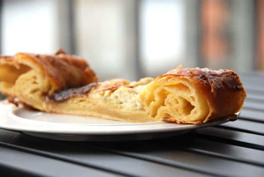 Wienerstang (eller kanelstang) er en dejlig kage til kaffen, og den er naturligvis lavet af wienerbrødsdej. Foto: Guffeliguf.dk.