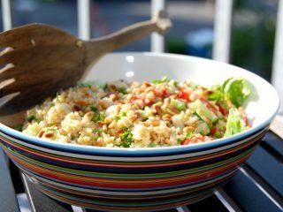 Lækker bulgursalat med salat, tomater, agurk, friskhakket persille og ristede pinjekerner. Foto: Madensverden.dk.